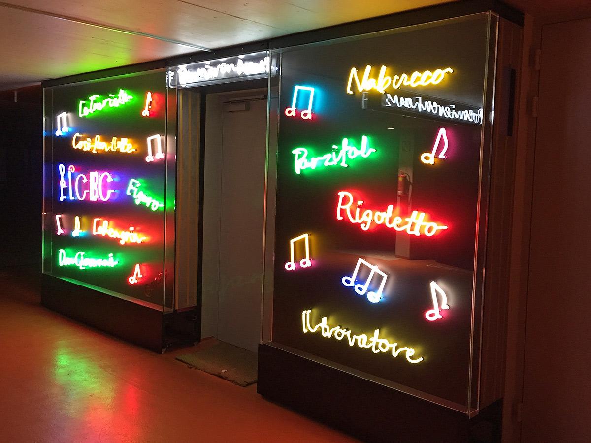 Vitrine für Neonkunst von Brüll+Gruber