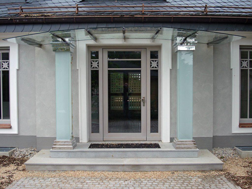 Vordach für Hauseingang, individuell geplant von Brüll + Gruber