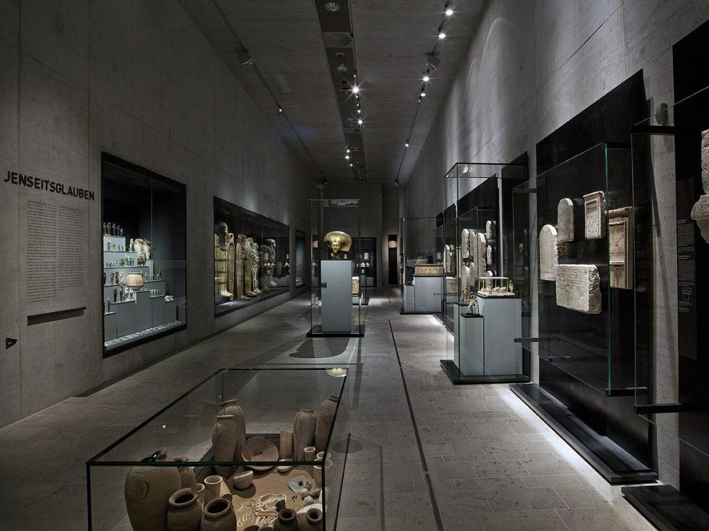 Vitrinen im Museum für ägyptische Kunst