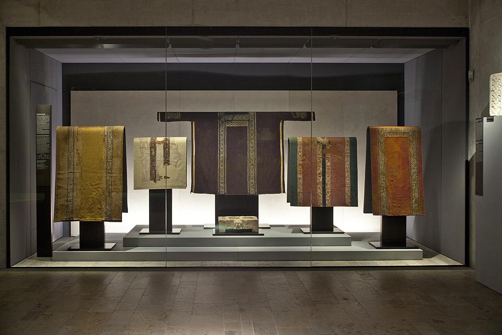 Vitrine für altägyptische Textilie von Brüll+Grubern